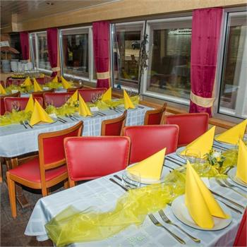 Table Decorations: Yellow Colour Scheme