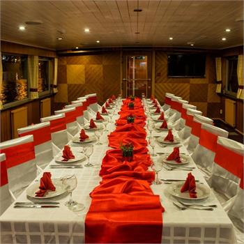 Table Decorations: red and white