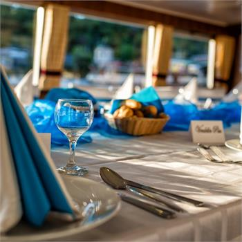 Table Decorations: white and blue