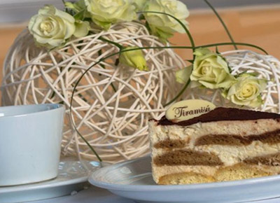One-hour Cruise in Prague City Center with Coffee and Dessert